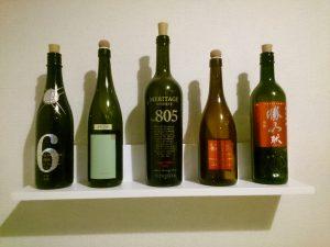 ワインと日本酒のボトルを棚に飾る